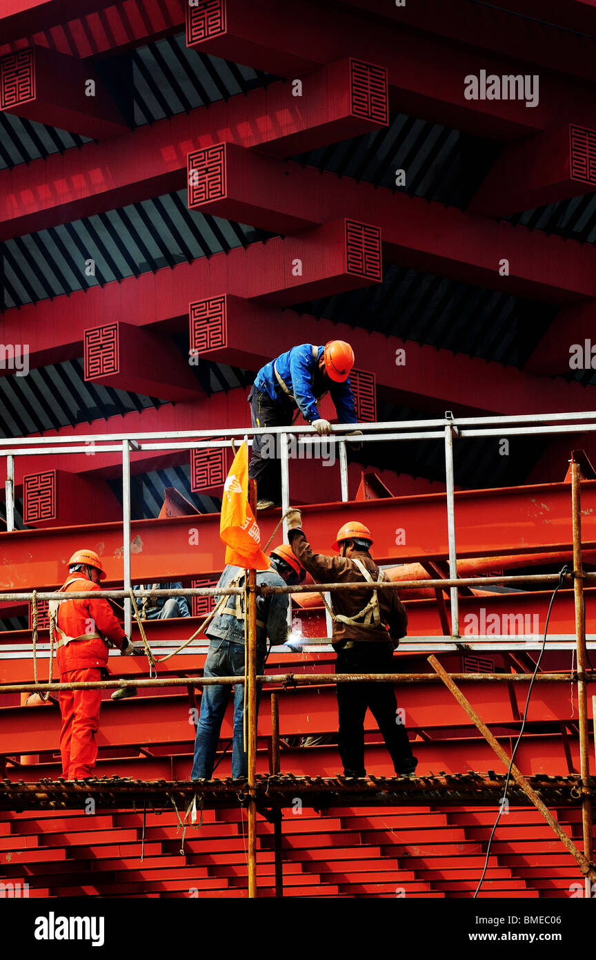 Construction workers on scaffold, China Pavilion, Zone A, 2010 Shanghai World Expo Park, Pudong, Shanghai, China - Stock Image
