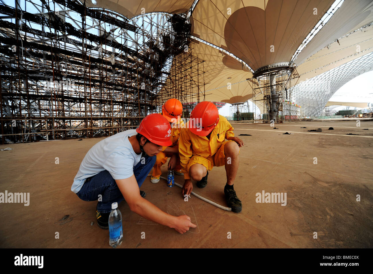 Engineers discussing details in the construction site of Expo Axis, Zone B, 2010 Shanghai World Expo Park, Shanghai, - Stock Image