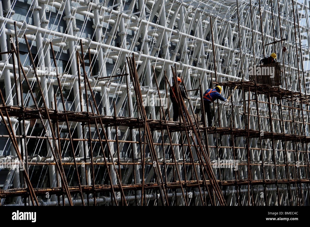 Worker working on scaffold, 2010 Shanghai World Expo Park, Pudong, Shanghai, China - Stock Image