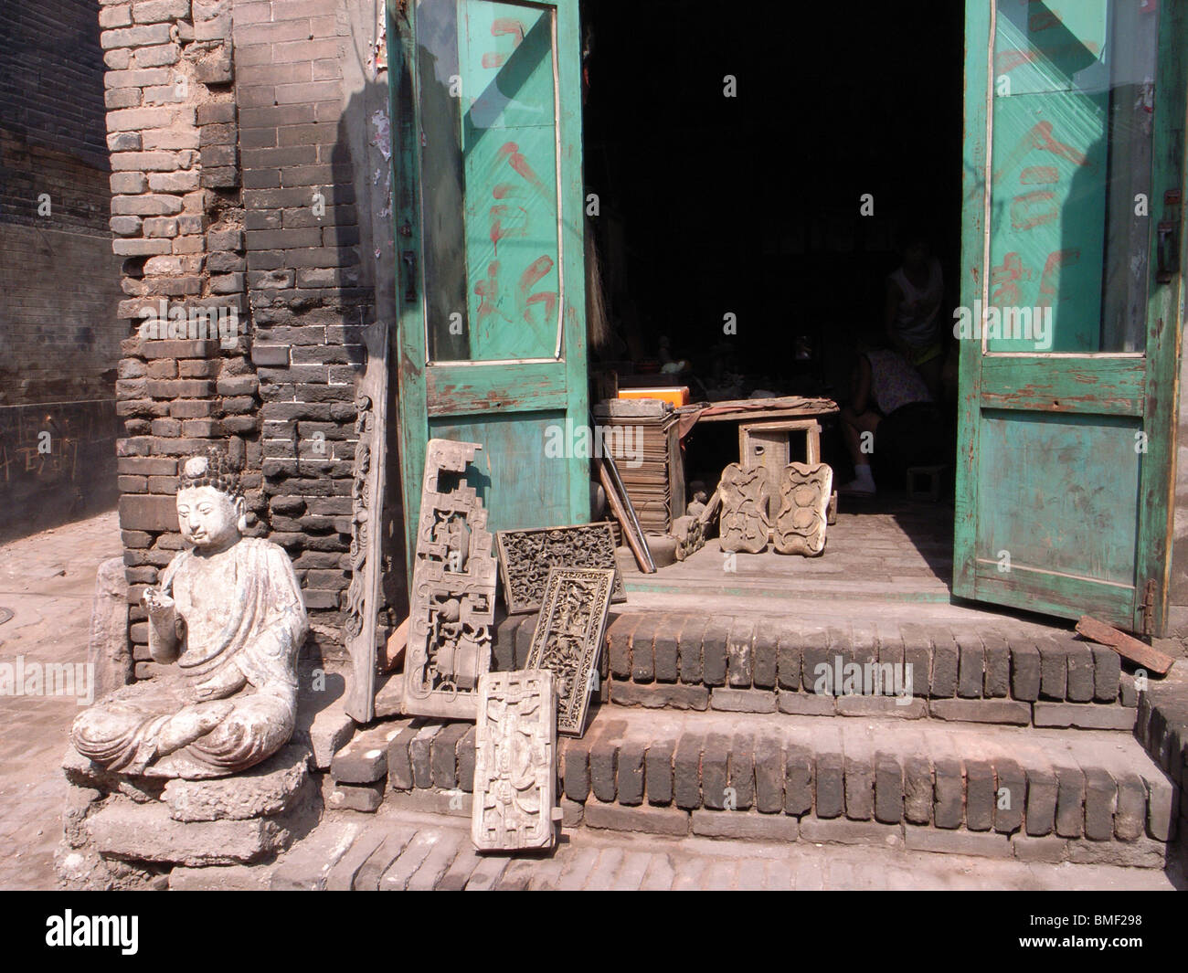 Statue of Buddha in front of the antique store, Pingyao, Shanxi Province, China - Stock Image