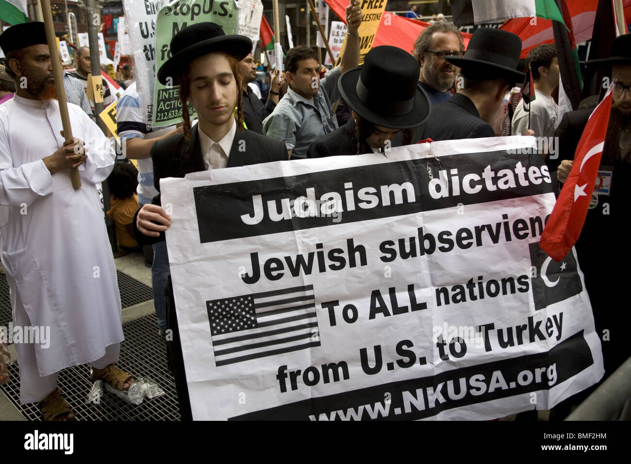 Anti-Zionist Orthodox Jews with Palestinians and others Protest Israel's brutal attack on the International Gaza Stock Photo