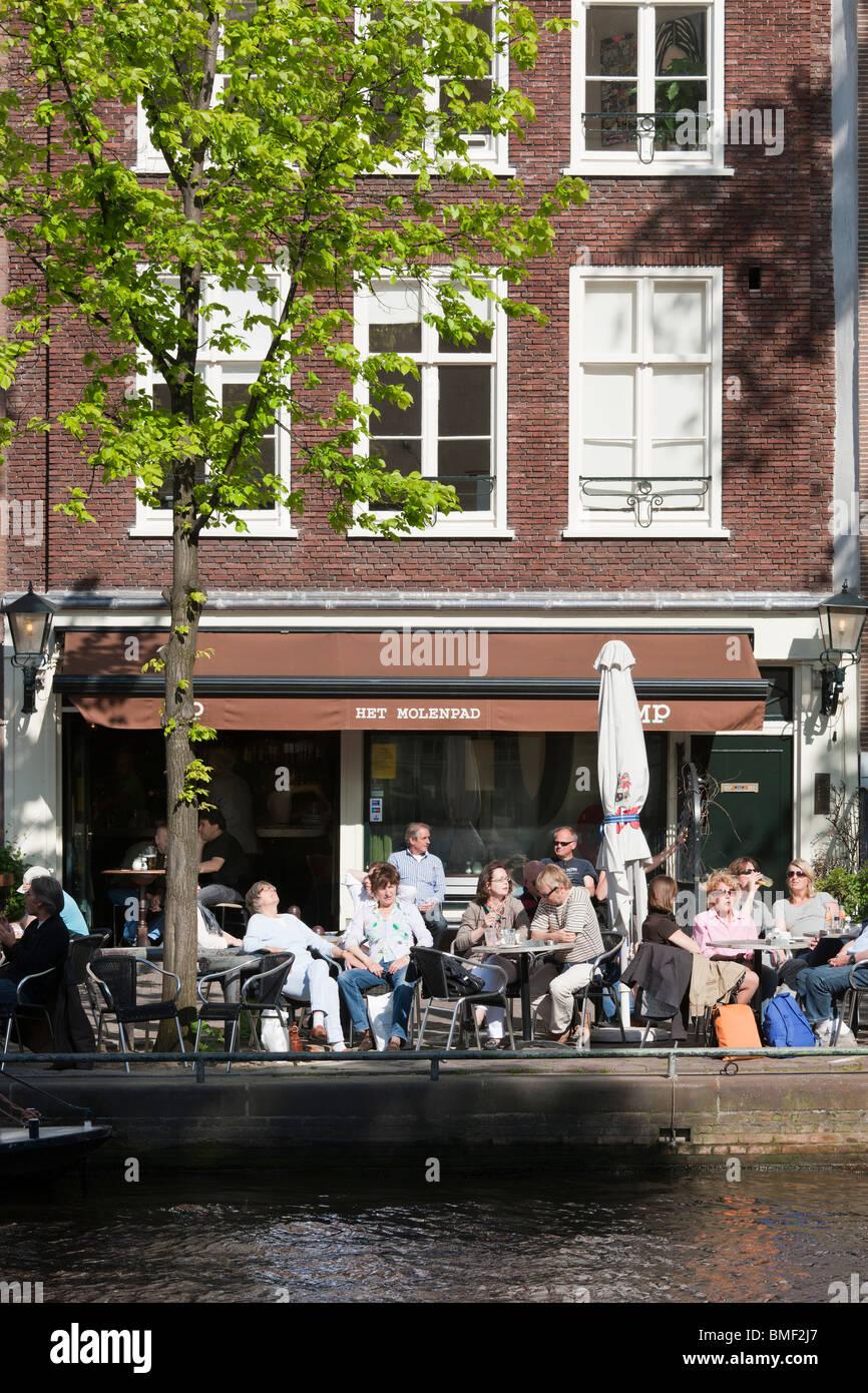 Amsterdam Restaurant Cafe Bar Het Molenpad. Sidewalk cafe terrace on the Prinsengracht, Prinsen, Princes, Canal. - Stock Image