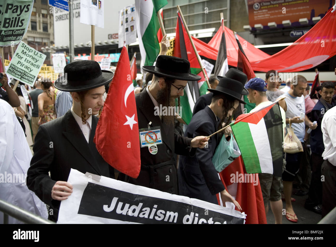 Anti-Zionist Orthodox Jews with Palestinians and others Protest Israel's brutal attack on the International - Stock Image