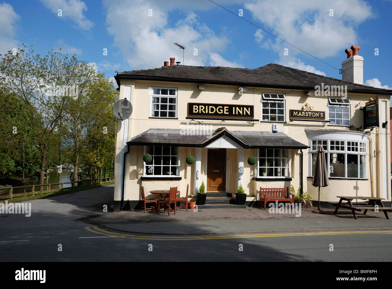 The Bridge Inn pub at the edge of the Shropshire Union Canal, Audlem, Cheshire, England. - Stock Image