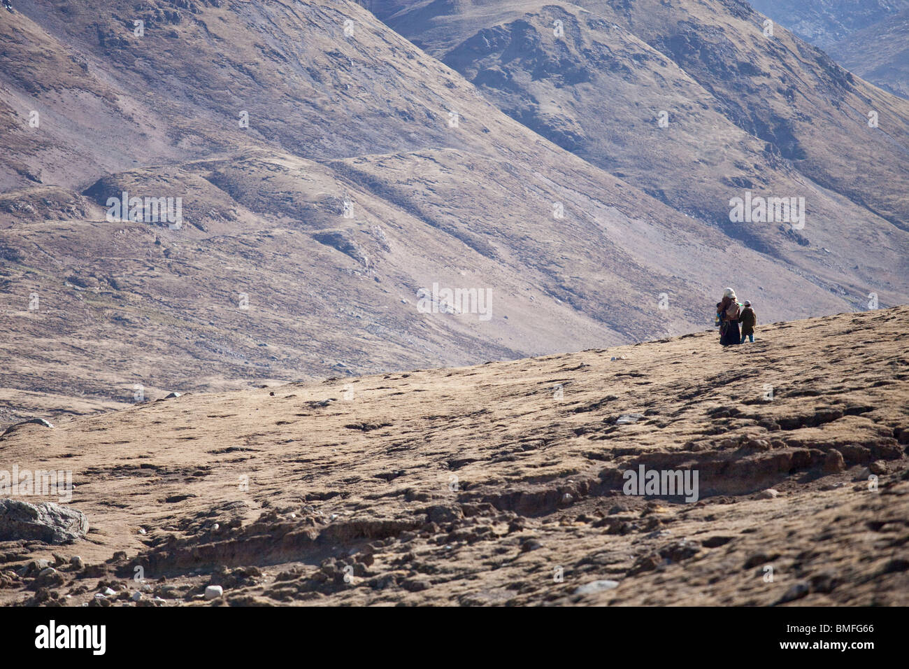 Mother and son in the mountains near Nam-tso Lake in Tibet - Stock Image