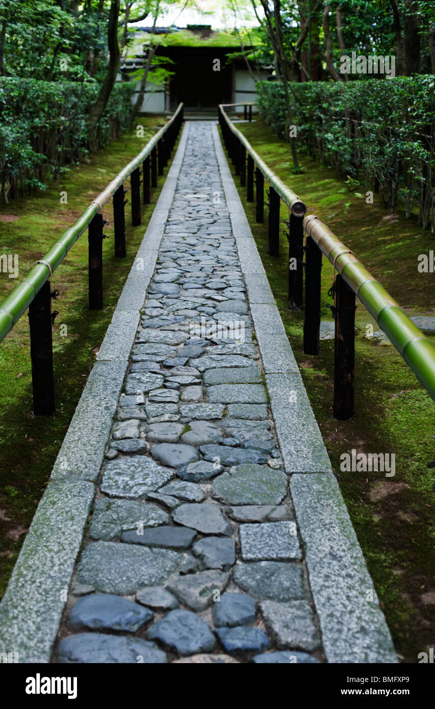 A stone path leads to the gate at Koto-in, a sub temple of Daitoku-ji, Kyoto, Japan - Stock Image