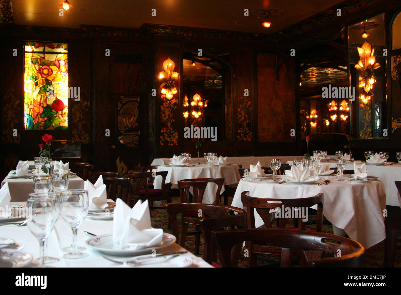 Unoccupied tables in Maxim Restaurant, Beijing, China - Stock Image