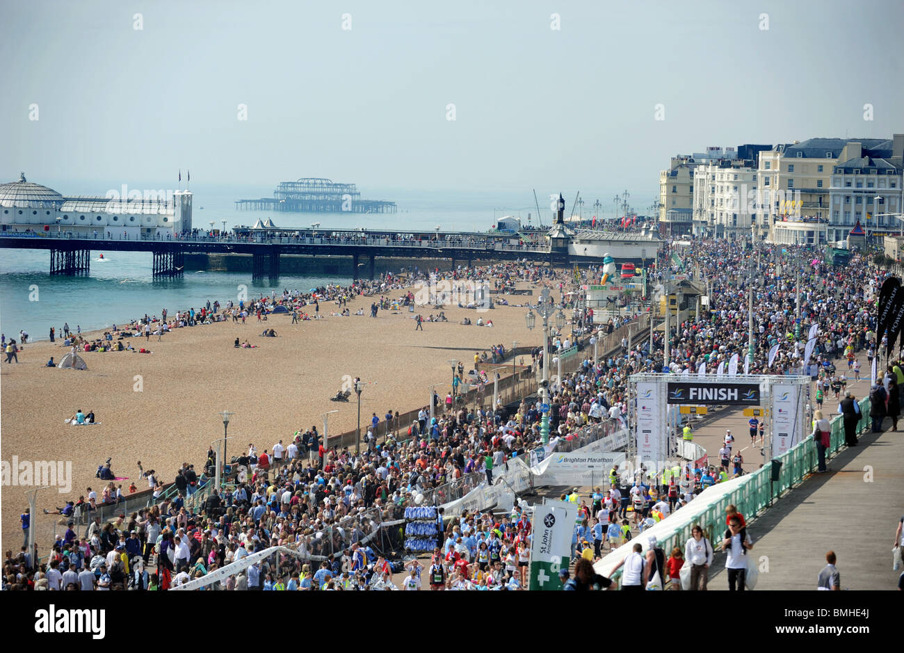 A packed seafront as runners take part in the first Brighton Marathon 2010 - Stock Image