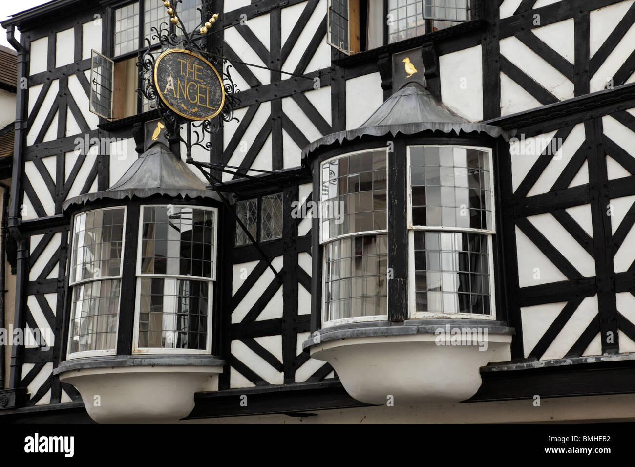 The Angel detail of bay windows on a black & white wattle & daub half timbered building on Broad Street - Stock Image