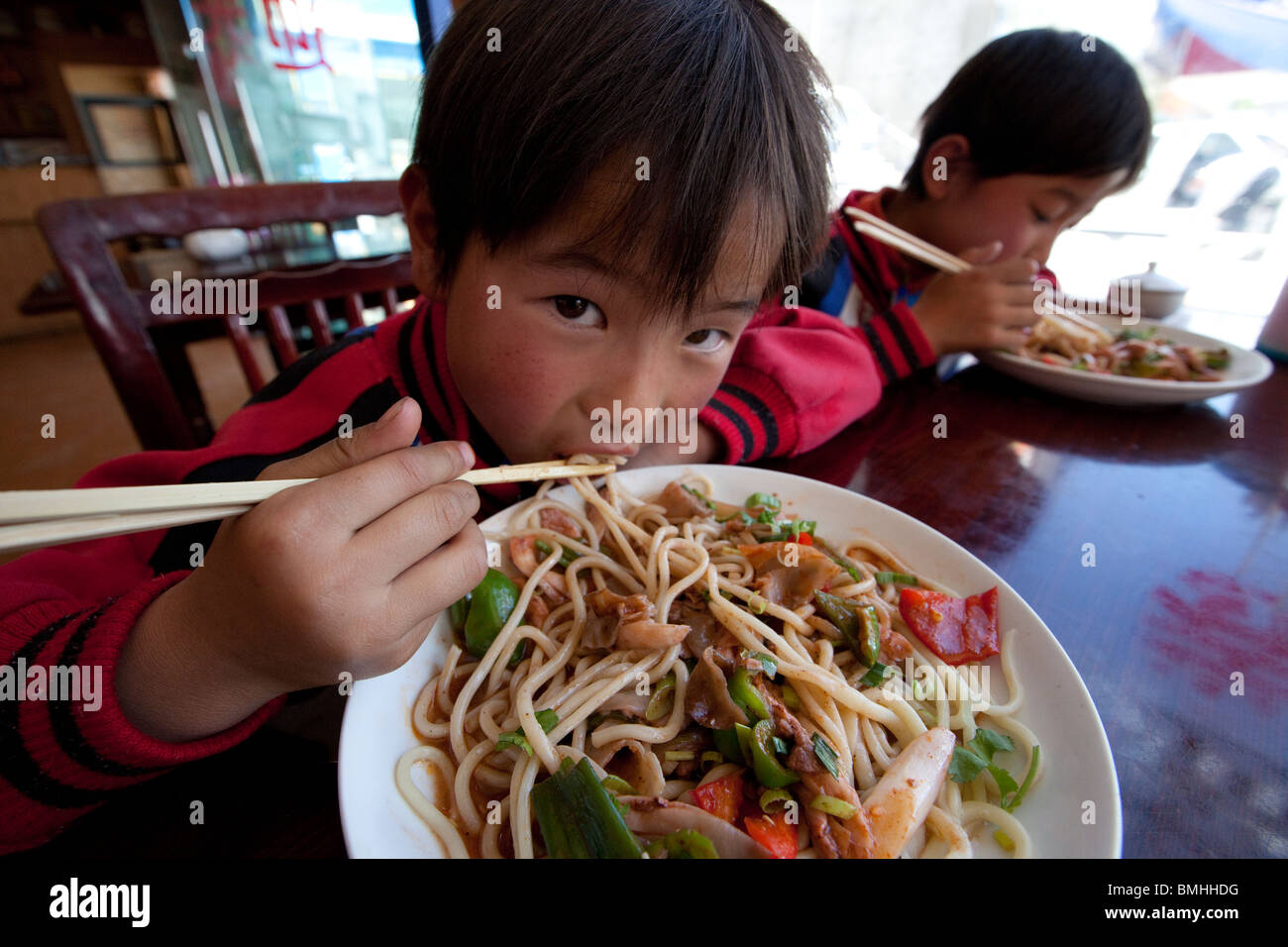 Brothers eating noodles in Shigatse, Tibet - Stock Image