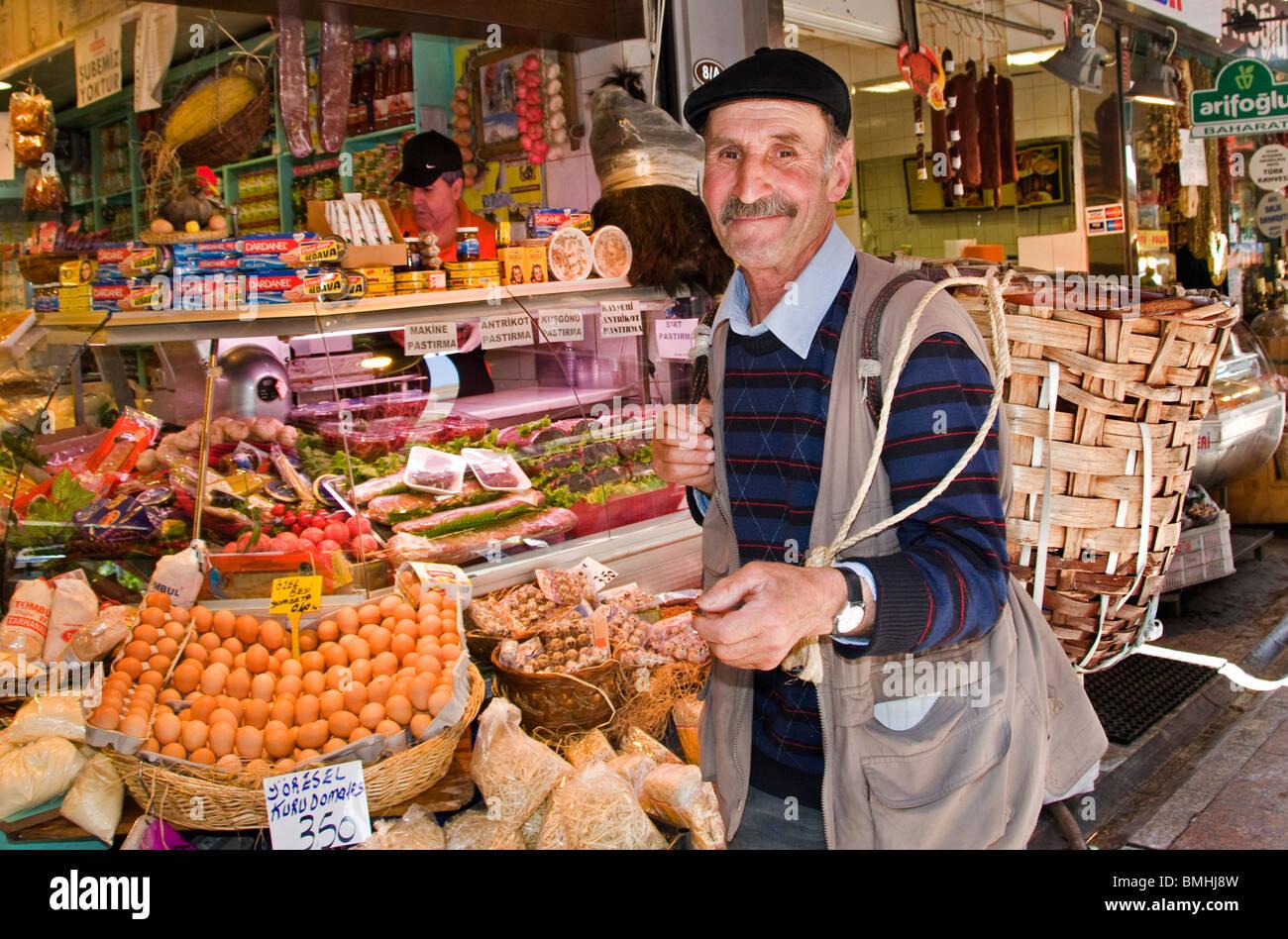 Kadikoy Istanbul Turkey market grocer grocery porter - Stock Image