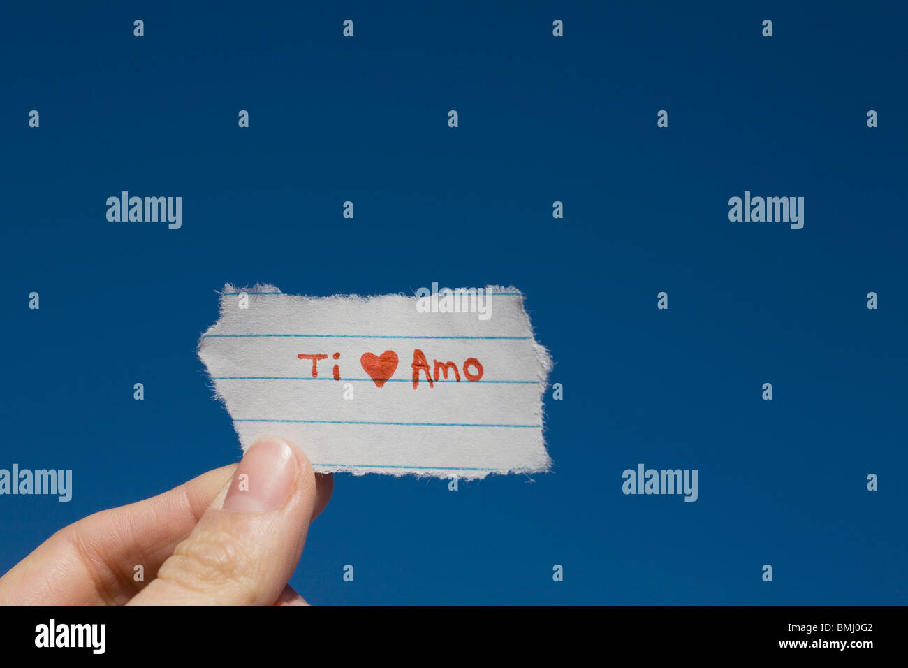 Hand holding I love you note written in Spanish Stock Photo