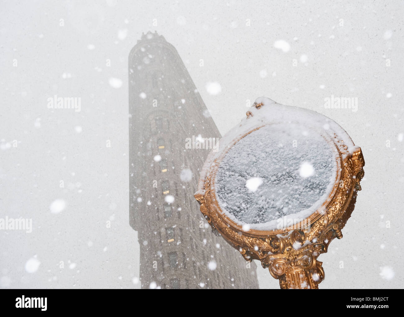 Snowy day in urban setting - Stock Image