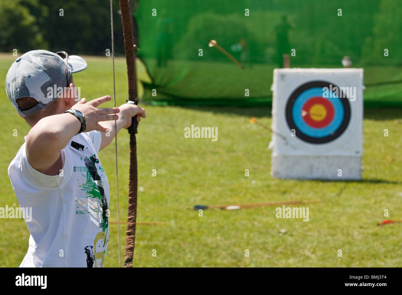 Boy trying archery at activity day - Stock Image