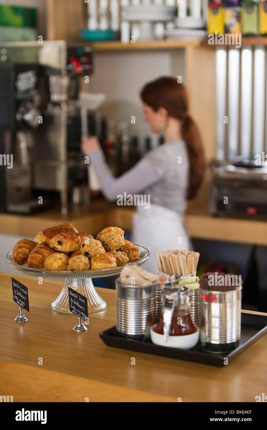 Woman working in coffee shop - Stock Image