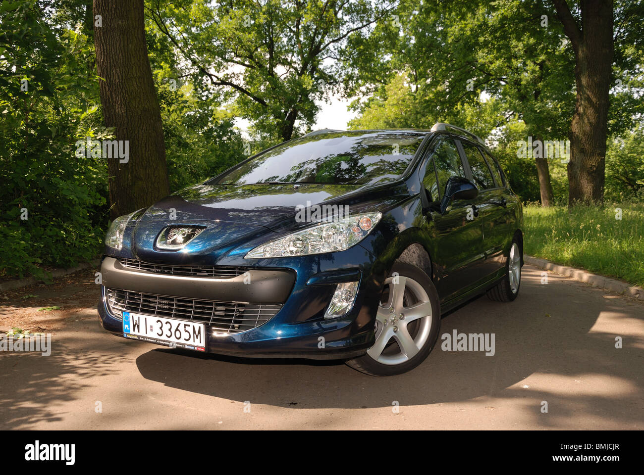 peugeot 308 sw 1 6 hdi my 2010 dark blue metallic five doors stock photo 29908559 alamy. Black Bedroom Furniture Sets. Home Design Ideas