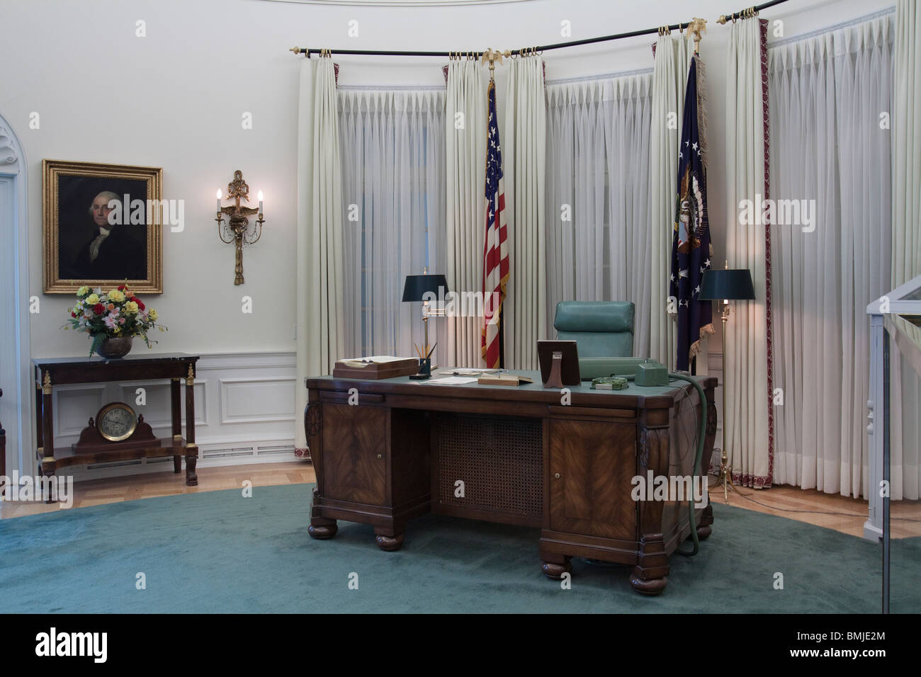 Replica Of Oval Office Desk During Lbj S Term At Lyndon B