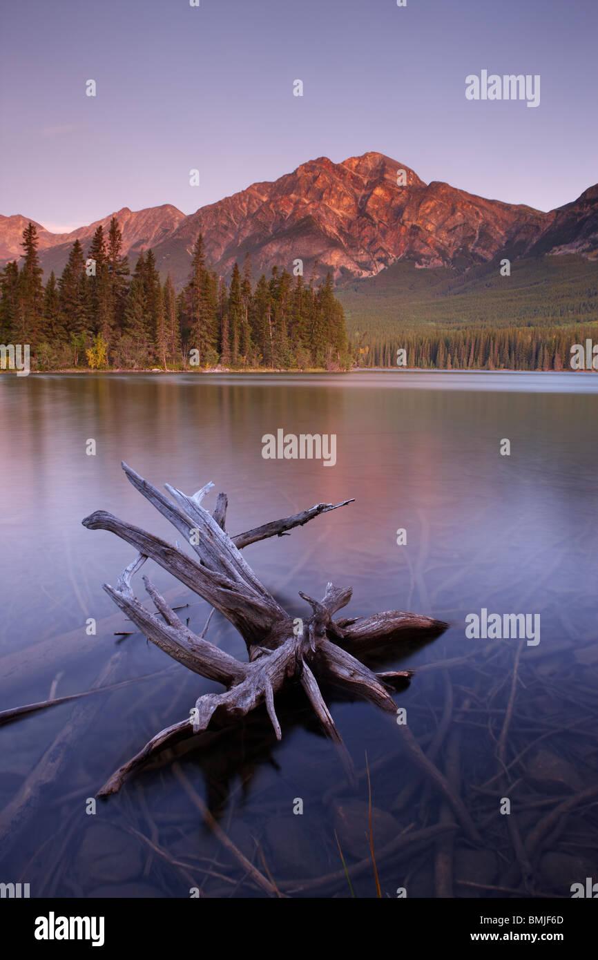 Pyramid Lake and Mountain at dawn, Jasper National Park, Alberta, Canada - Stock Image