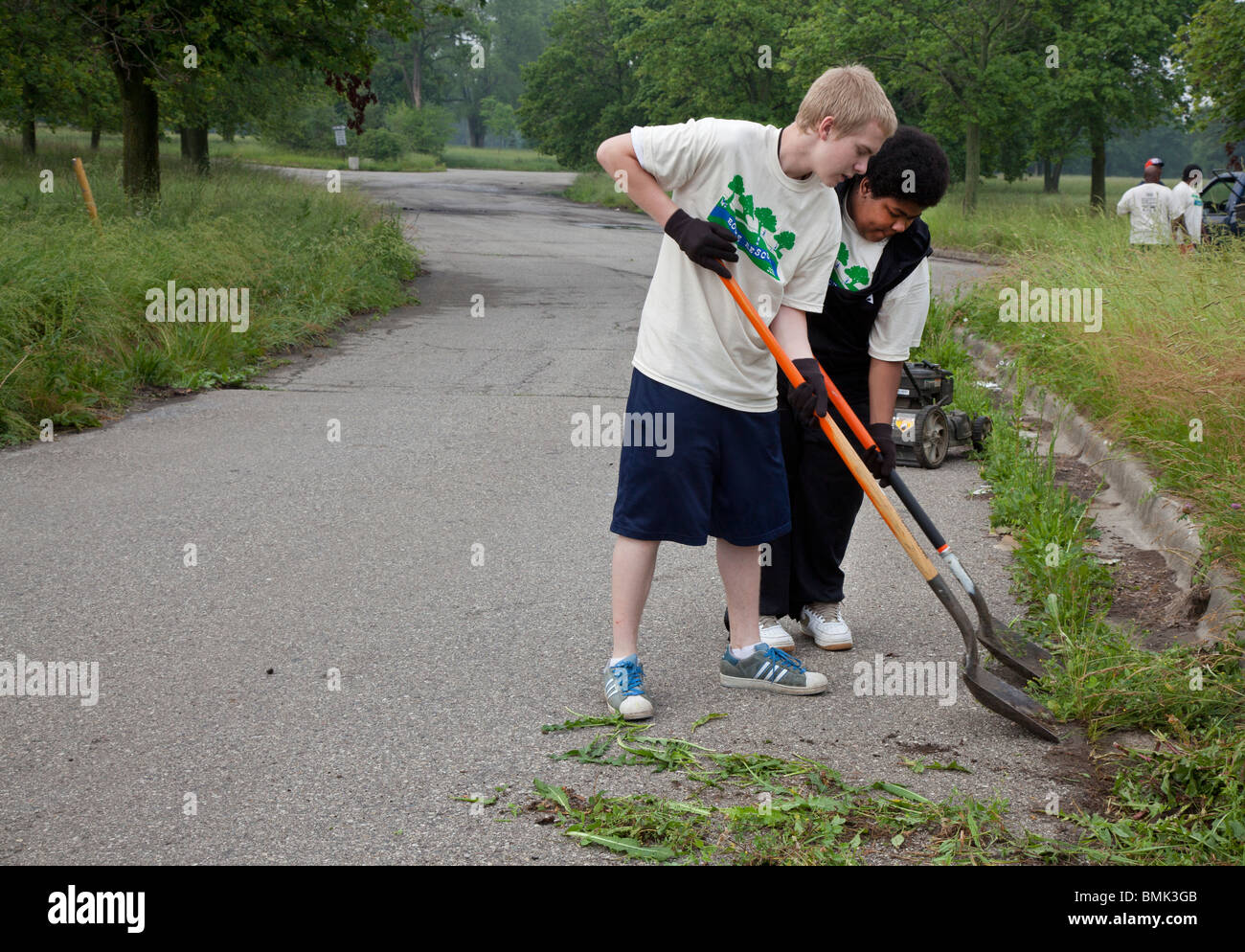 Detroit, Michigan - Volunteers clean up Eliza Howell Park, cutting weeds, clearing trash, and removing invasive - Stock Image