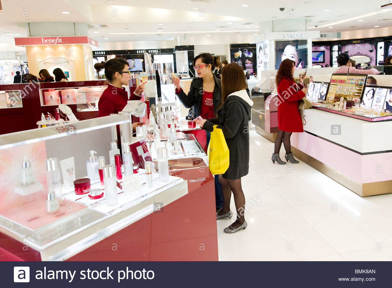 Shoppers at the cosmetics counter in the Pacific Department Store, Xujiahui shopping district, Shanghai, China - Stock Image