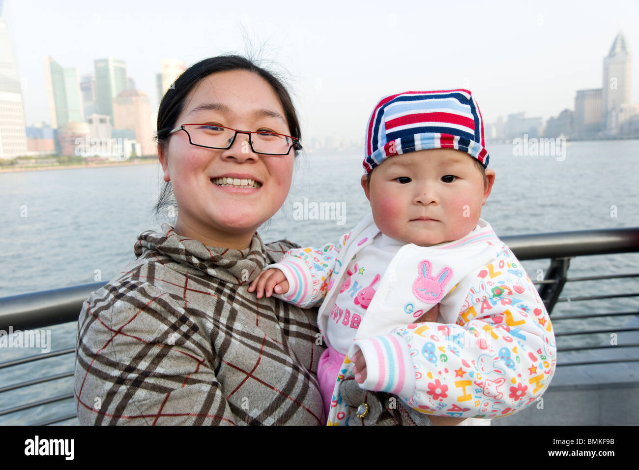Mother and single child on the waterfront, Shanghai, China - Stock Image