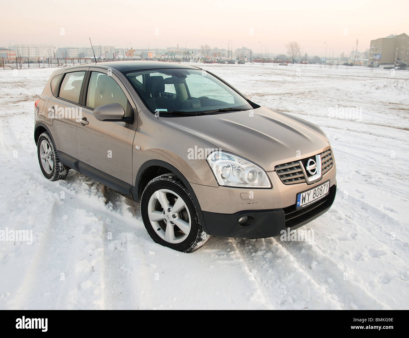 Nissan Qashqai 2.0 dCi 4x4 - 2007 - beige metallic - five doors (5D) - Japan popular compact SUV -  snow, winter - Stock Image