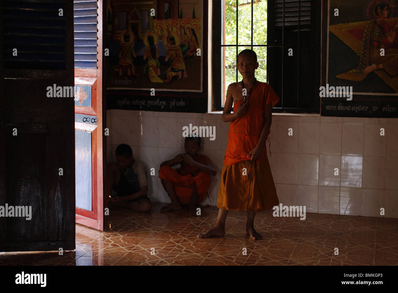 Young monks at the prayer hall in a pagoda next to the ruins of Lolei, Roluos, Angkor, Cambodia - Stock Image