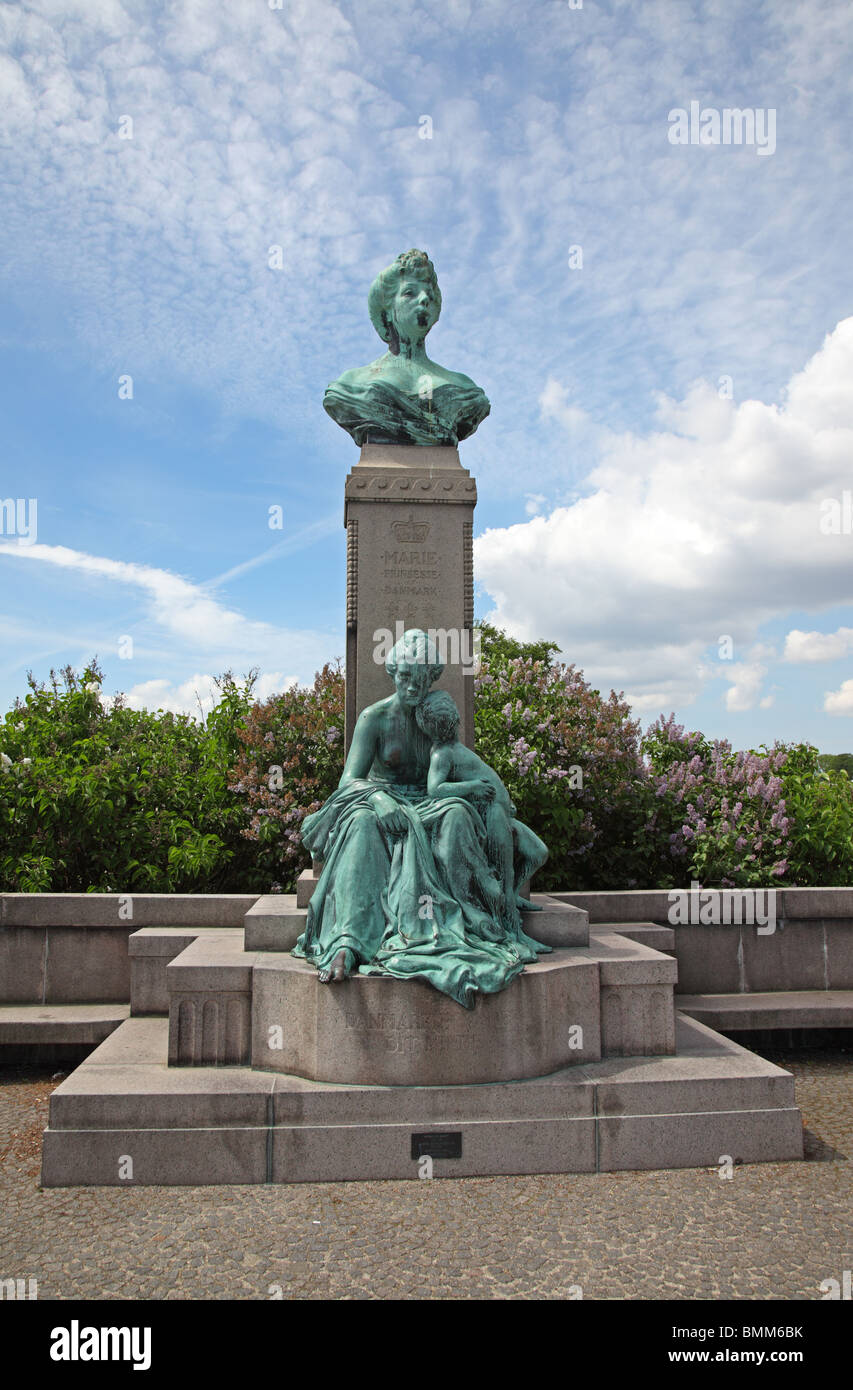 Bronze bust of Princess Marie of Denmark on column and a woman with son at Langelinie in the port of Copenhagen. - Stock Image