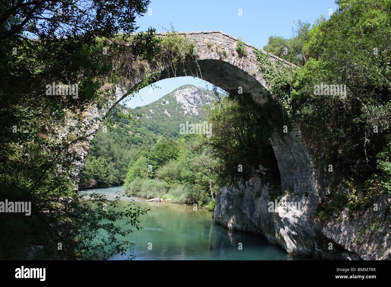 Puenta de Vidre Roman Bridge over the Rio Cares, Picos de Europa, Asturias, Spain. - Stock Image