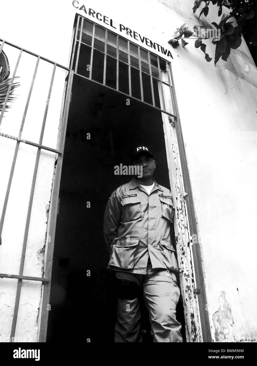 A guard stands in the doorway of a 'preventative prison' in Puerto Plata, Dominican Republic - Stock Image