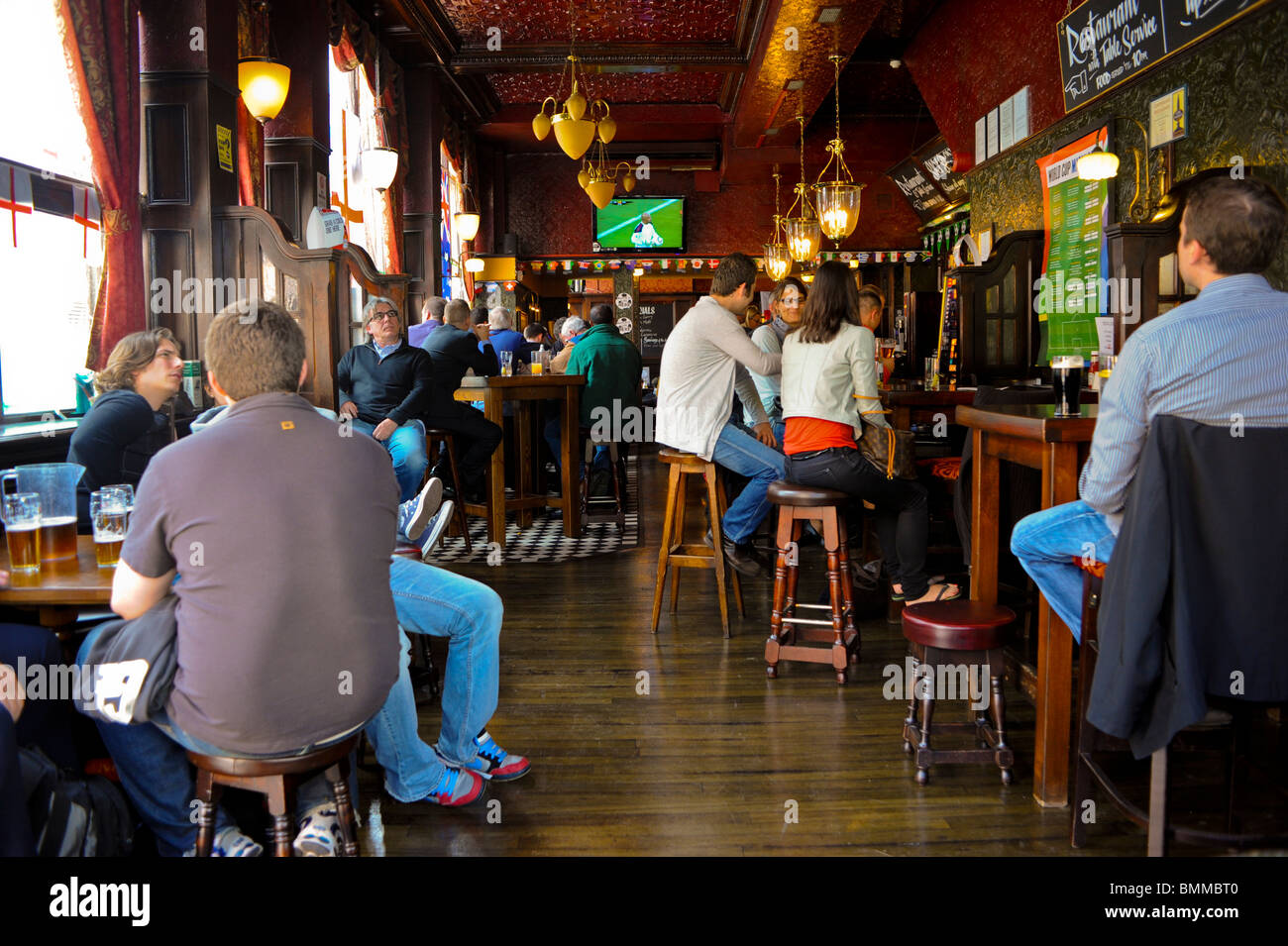 Old British Pubs, Bars, London, England, UK, crowd