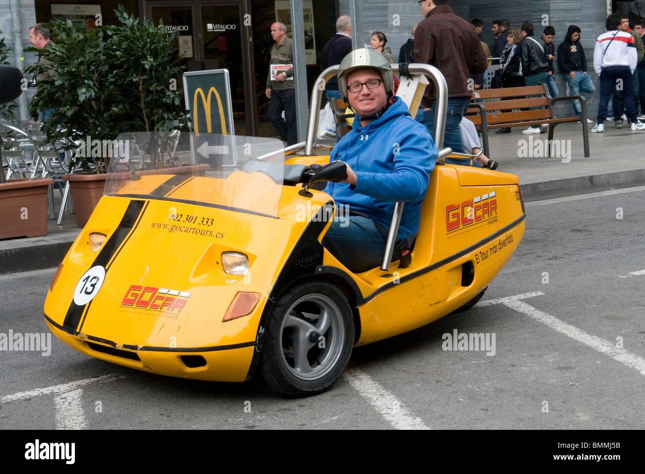 A tourist visiting Barcelona thanks to a rented car (Spain). Touriste visitant Barcelone au moyen d'une voiture - Stock Image
