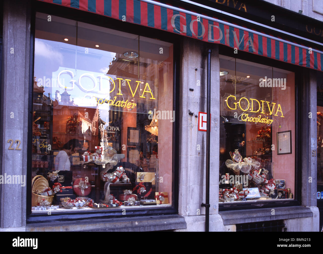 Brussels, Grand Place Chocolatier Stock Photo - Alamy