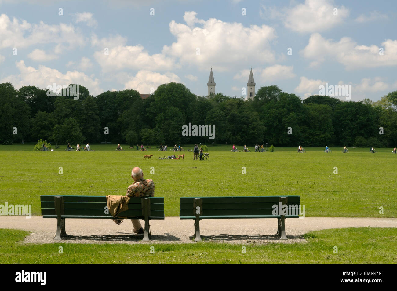 People relaxing in the Englischer Garten park in Munich, Bavaria - Stock Image