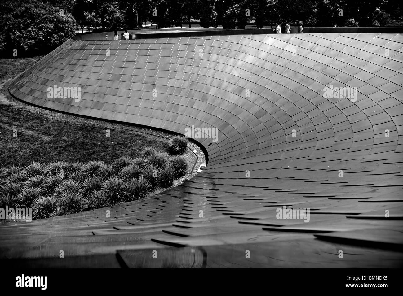 Downtown Chicago Millenium BP bridge - Stock Image