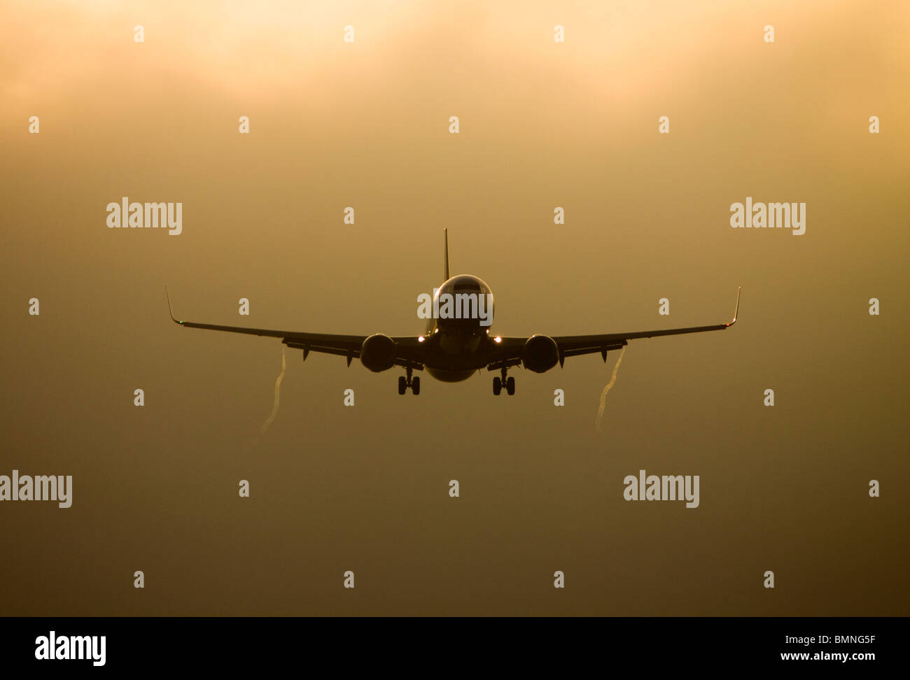 Silhouette of a Boeing 737-800 aircraft at sunset - Stock Image
