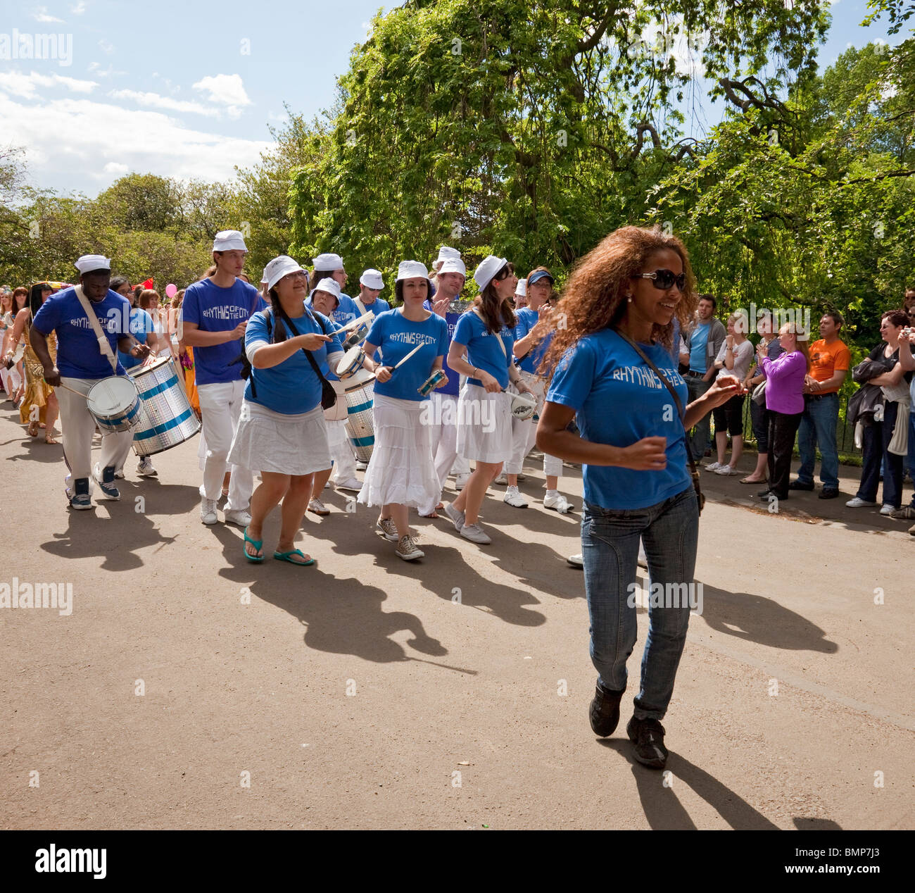 London-based samba band Rhythms of the City parade in Kelvingrove Park as part of Glasgow's West End Festival - Stock Image