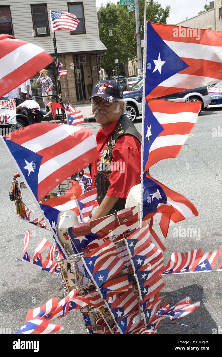 Man with his customized 1949 Schwinn bicycle at the Puerto Rican Parade in Williamsburg, Brooklyn. - Stock Image