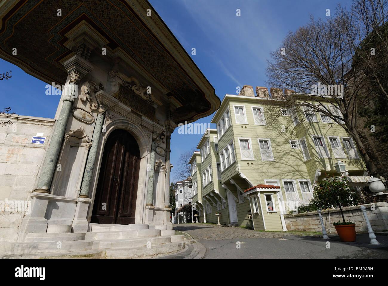 Istanbul. Turkey. Traditional Wooden houses on Sogukcesme Sok, Sultanahmet & the east gate of Haghia Sophia - Stock Image