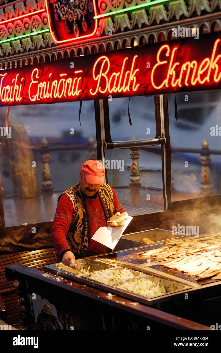 Istanbul. Turkey. Fresh fish sandwiches being made on the waterfront of Eminonu. Venditore di pesce sulla riva di - Stock Image