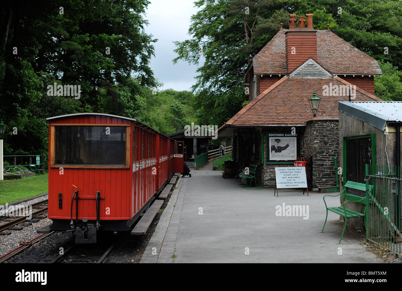 A train sits at Woody Bay Train Station, North Devon - Stock Image