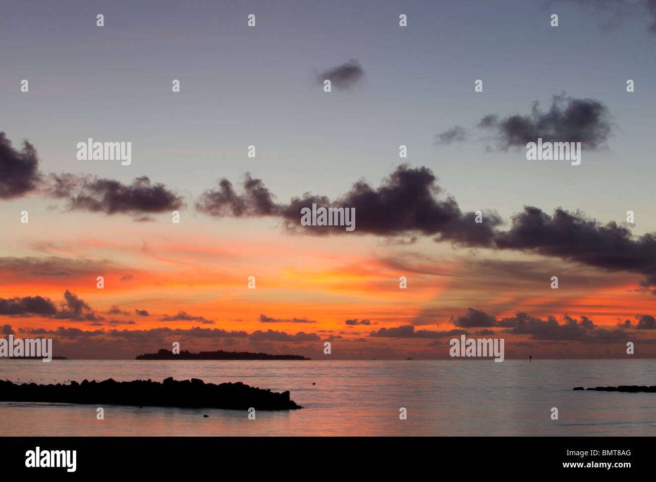 Early morning sunrise over the sea from Pilau Selingan Island, Sabah, Borneo, Malaysia. - Stock Image