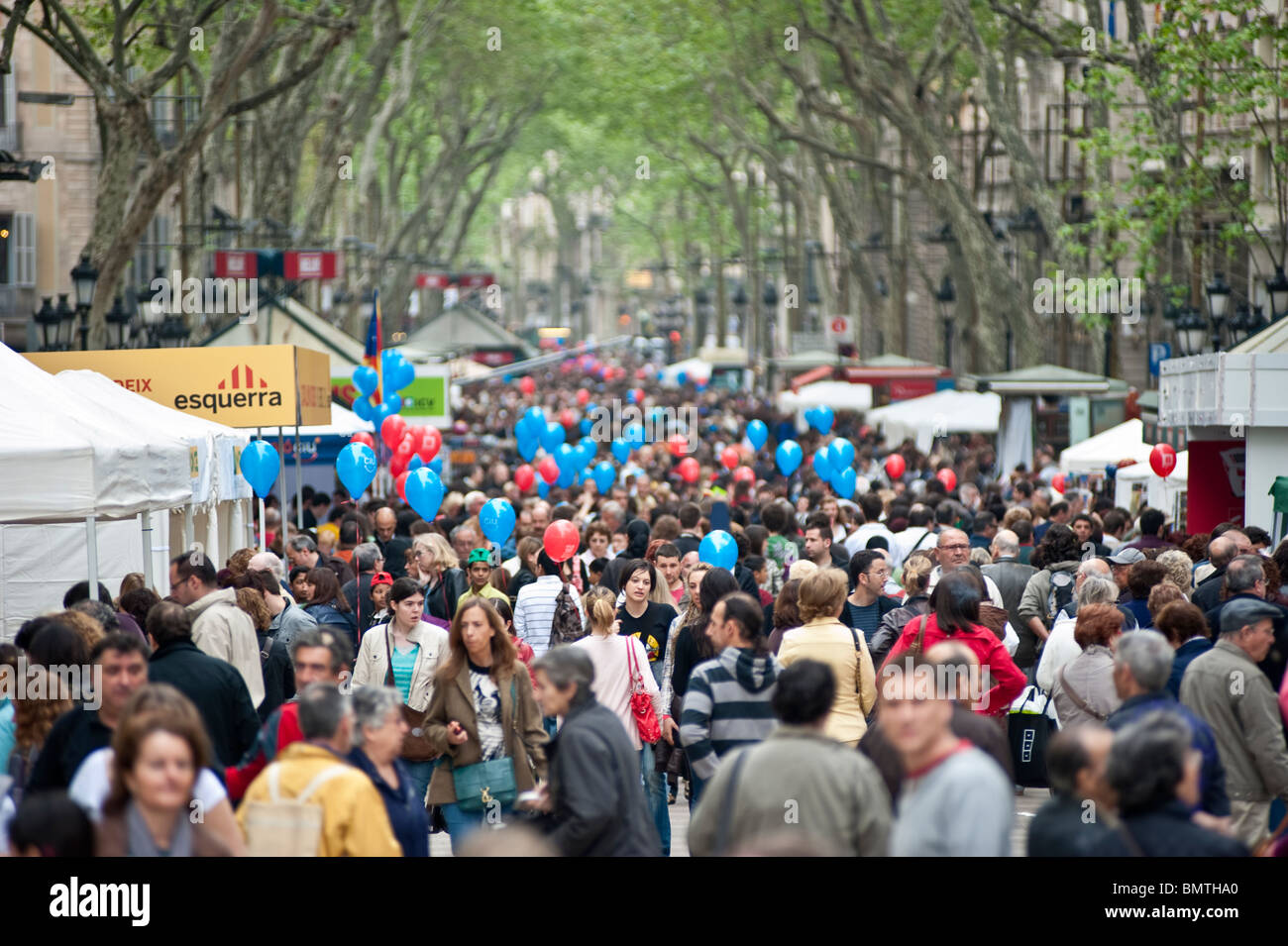 View of Las Ramblas crowded with poeple in the day of Sant Jordi - Stock Image