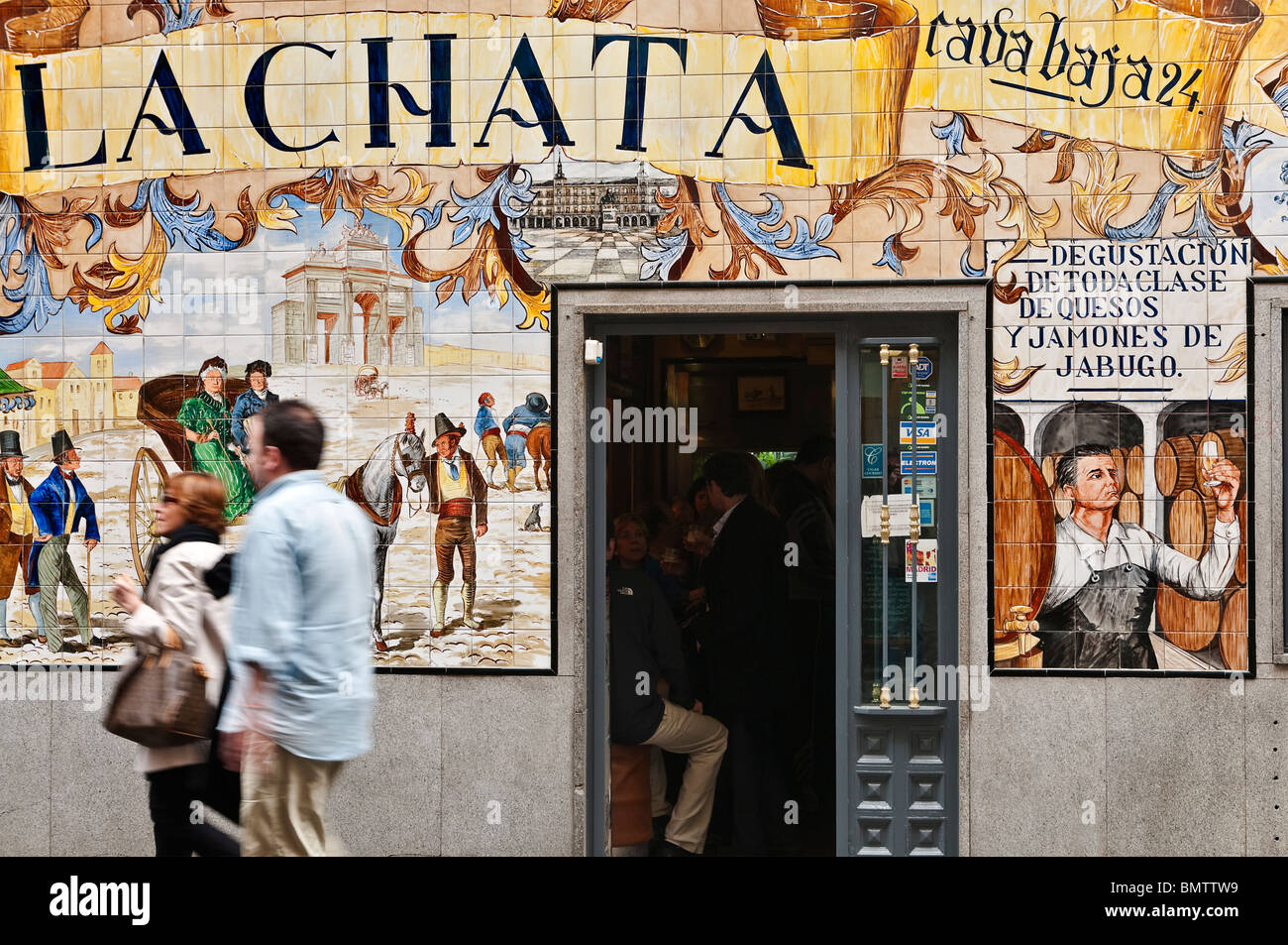 A tapas bar heavily decorated with tiles in the calle de la Cava Baja in the La Latina quarter, central Madrid, - Stock Image