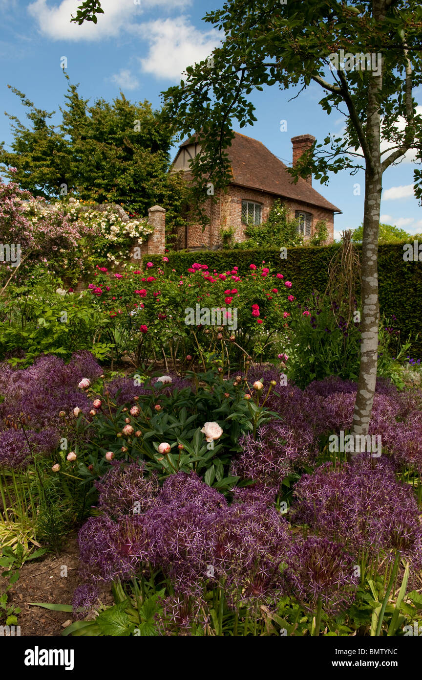 English country garden with herbaceous perennial displays of flowers ...