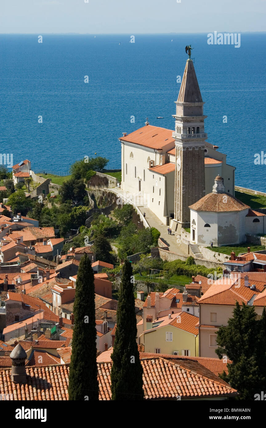 Elk191-3020v Slovenia, Istrian Peninsula, Piran, St George Cathedral, 1637 overlooking the town - Stock Image