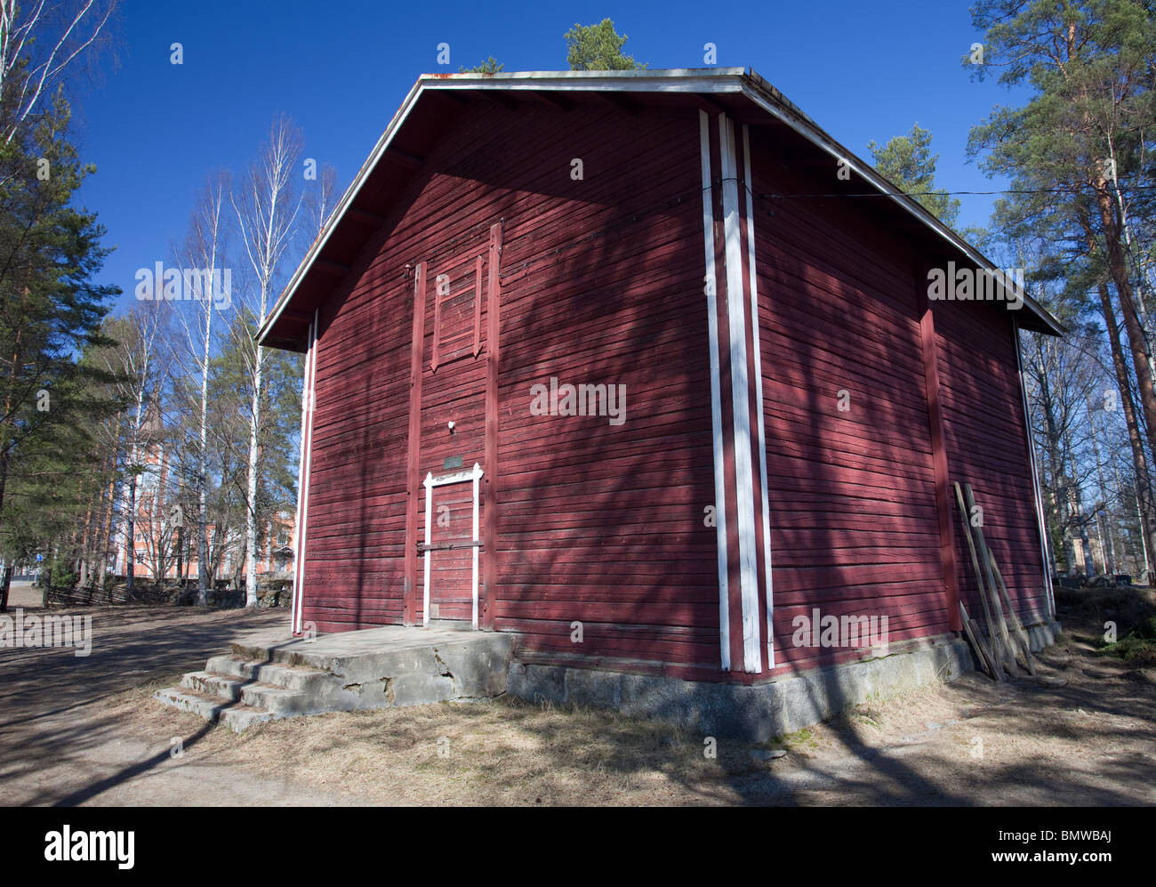 Suonenjoki town museum ( Suonenjoen kotiseutumuseo ) in old grain storage ( granary ) made of logs and painted with - Stock Image