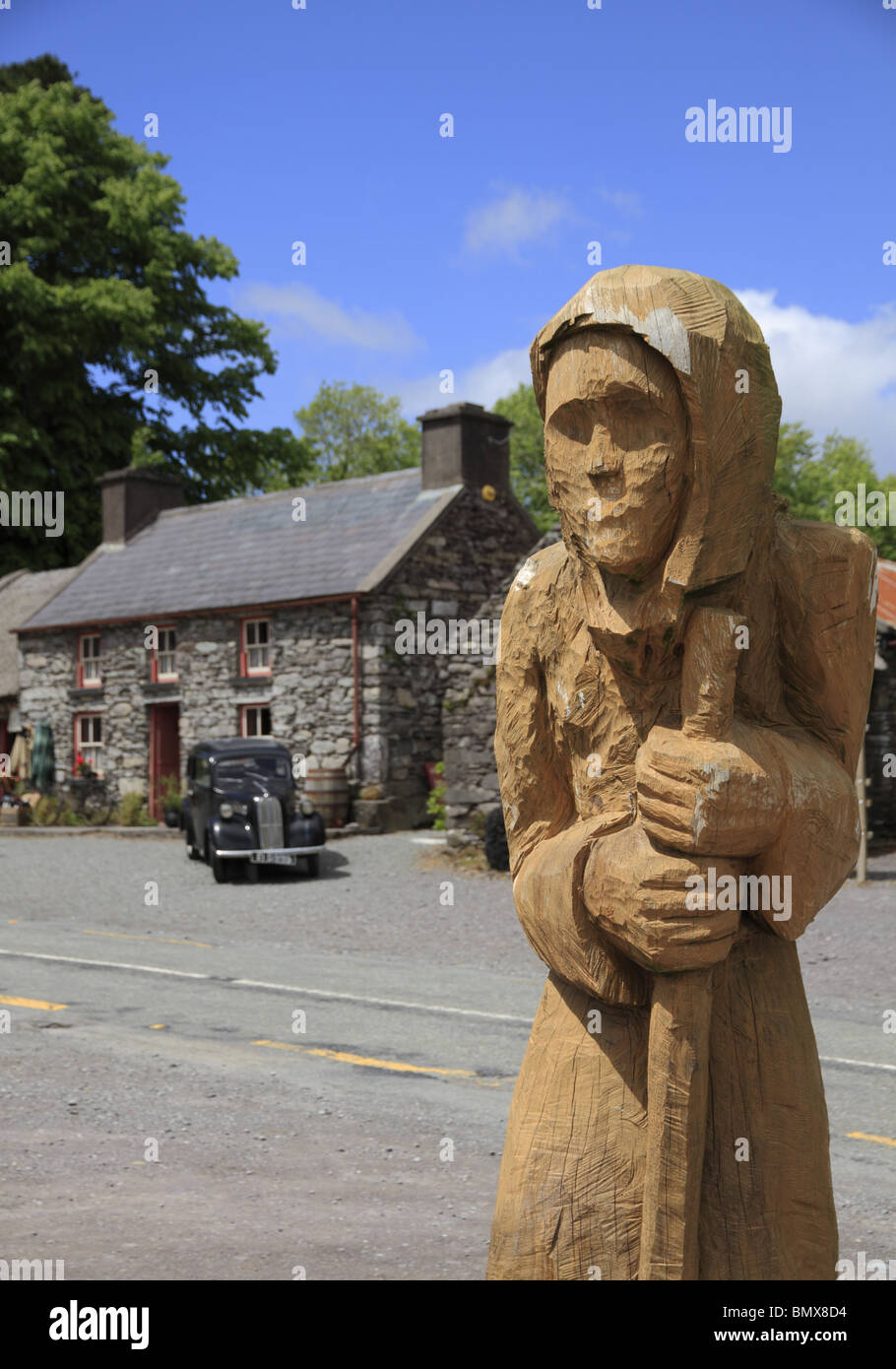 A carved wooden statue, known as 'The Druid', at Molly Gallivan's Cottage, Bonane, Co. Kerry, Rep. of - Stock Image