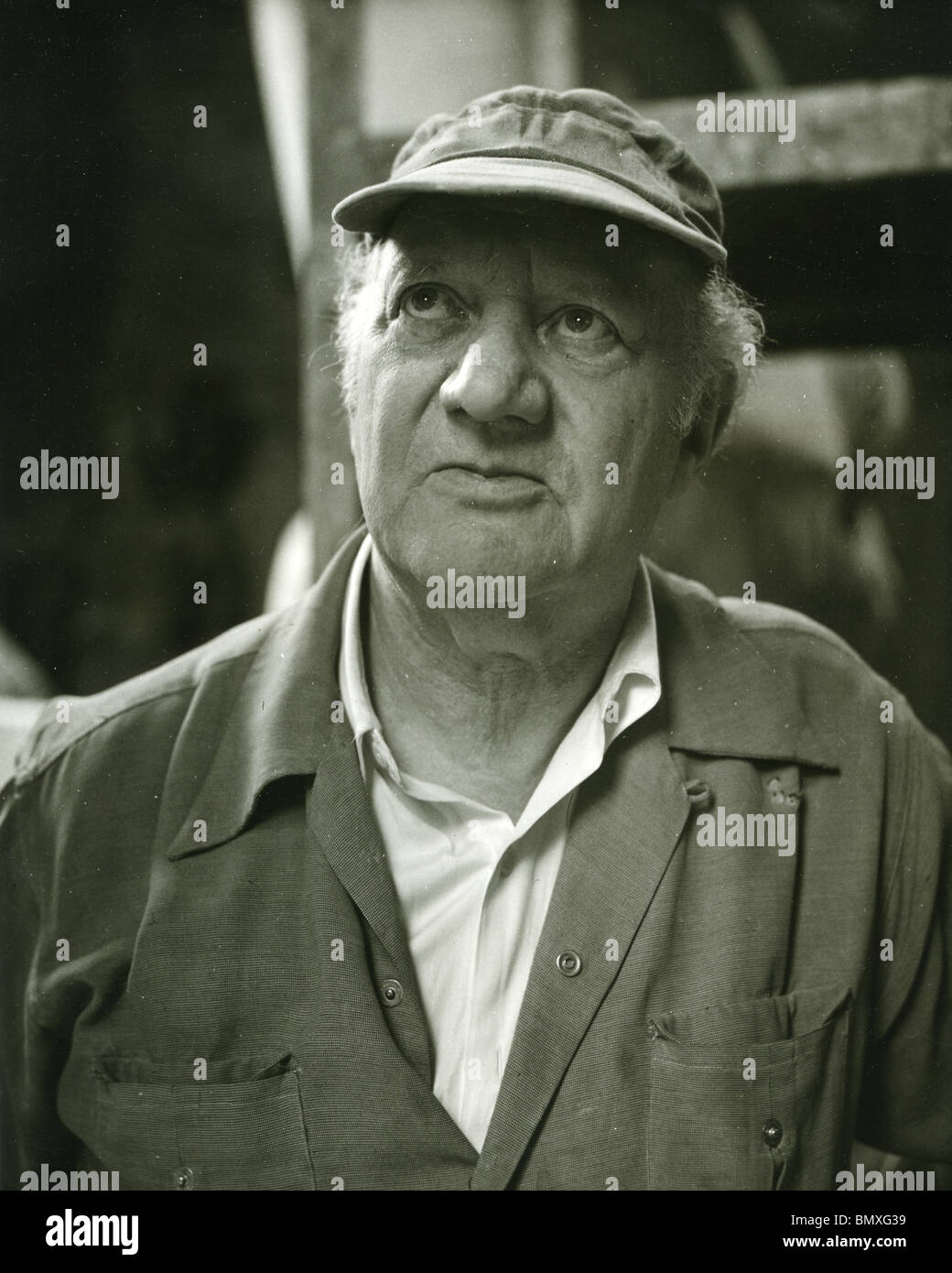 JACOB EPSTEIN ((1880-1959) American born British sculptor in his studio in 1955 - Stock Image