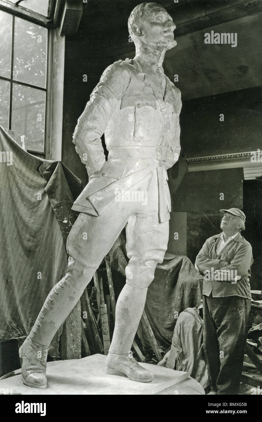 JACOB EPSTEIN (1880-1959) British sculptor in 1955 with model for sculpture of Jan Smuts to be erected in Parliament - Stock Image
